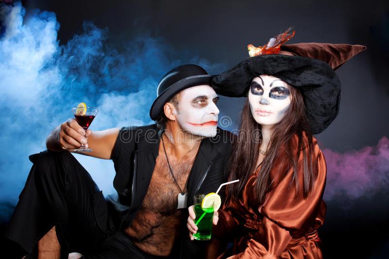 hombre-y-mujer-que-llevan-como-vampiro-y-bruja-halloween-34135368